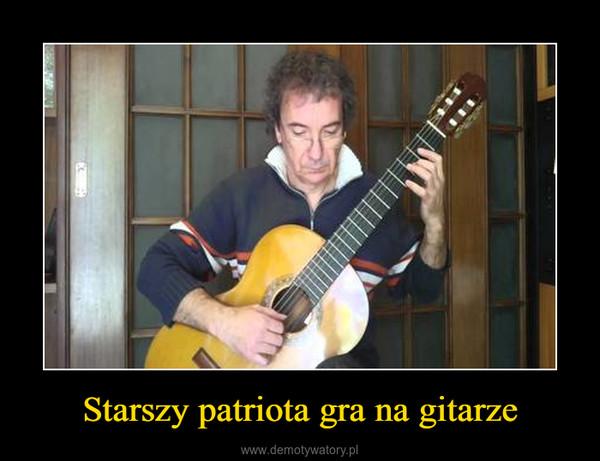 Starszy patriota gra na gitarze –