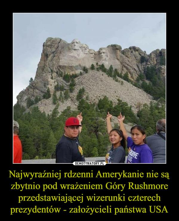 Najwyraźniej rdzenni Amerykanie nie są zbytnio pod wrażeniem Góry Rushmore przedstawiającej wizerunki czterech prezydentów - założycieli państwa USA –