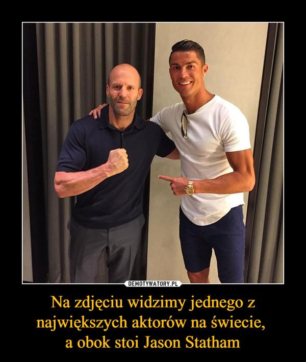 Na zdjęciu widzimy jednego z największych aktorów na świecie, a obok stoi Jason Statham –