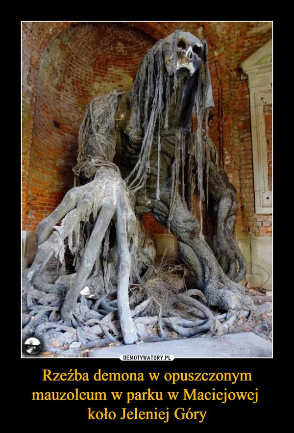 Rzeźba demona w opuszczonym mauzoleum w parku w Maciejowej koło Jeleniej Góry –