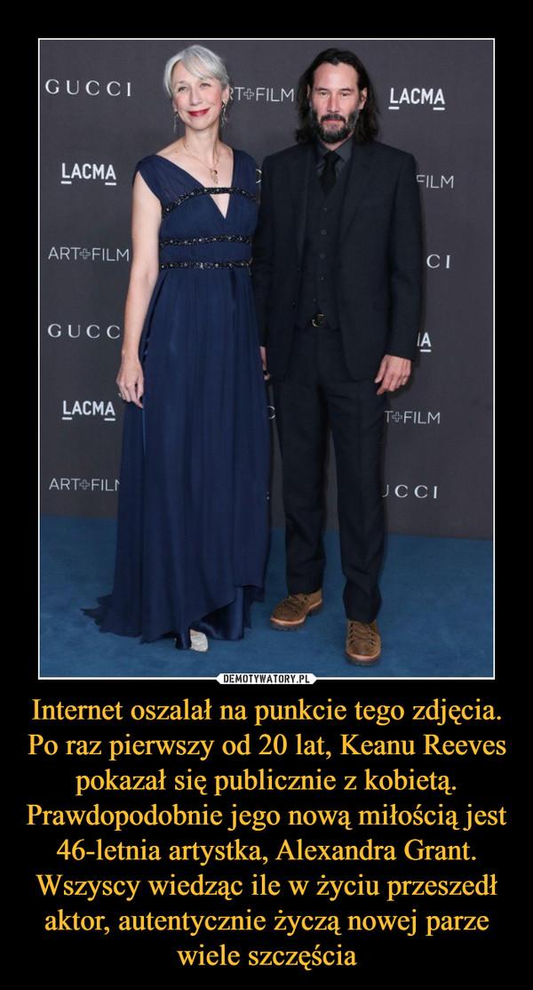 Internet oszalał na punkcie tego zdjęcia. Po raz pierwszy od 20 lat, Keanu Reeves pokazał się publicznie z kobietą. Prawdopodobnie jego nową miłością jest 46-letnia artystka, Alexandra Grant. Wszyscy wiedząc ile w życiu przeszedł aktor, autentycznie życzą nowej parze wiele szczęścia –
