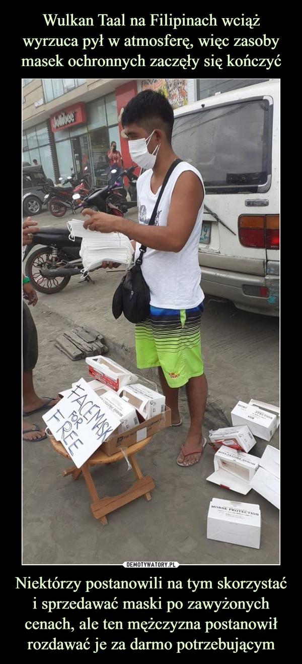 Niektórzy postanowili na tym skorzystać i sprzedawać maski po zawyżonych cenach, ale ten mężczyzna postanowił rozdawać je za darmo potrzebującym –