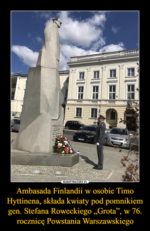 """Ambasada Finlandii w osobie Timo Hyttinena, składa kwiaty pod pomnikiem gen. Stefana Roweckiego """"Grota"""", w 76. rocznicę Powstania Warszawskiego"""