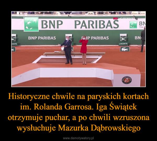 Historyczne chwile na paryskich kortach im. Rolanda Garrosa. Iga Świątek otrzymuje puchar, a po chwili wzruszona wysłuchuje Mazurka Dąbrowskiego –