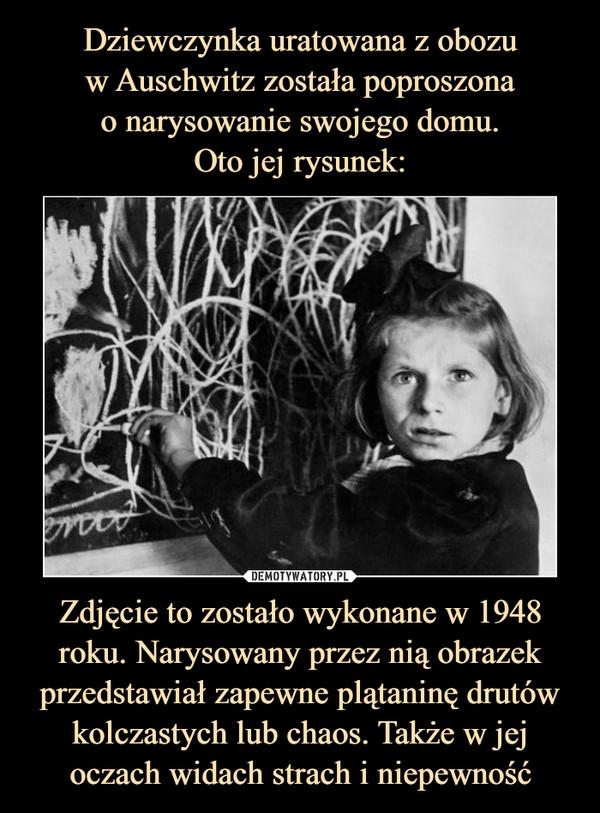 Zdjęcie to zostało wykonane w 1948 roku. Narysowany przez nią obrazek przedstawiał zapewne plątaninę drutów kolczastych lub chaos. Także w jej oczach widach strach i niepewność –