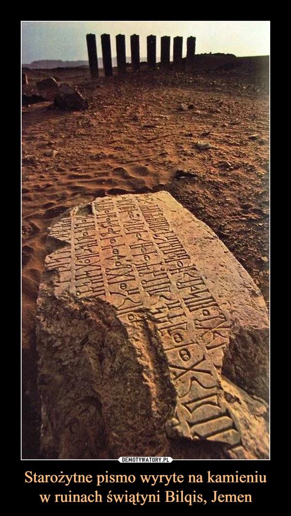 Starożytne pismo wyryte na kamieniuw ruinach świątyni Bilqis, Jemen –